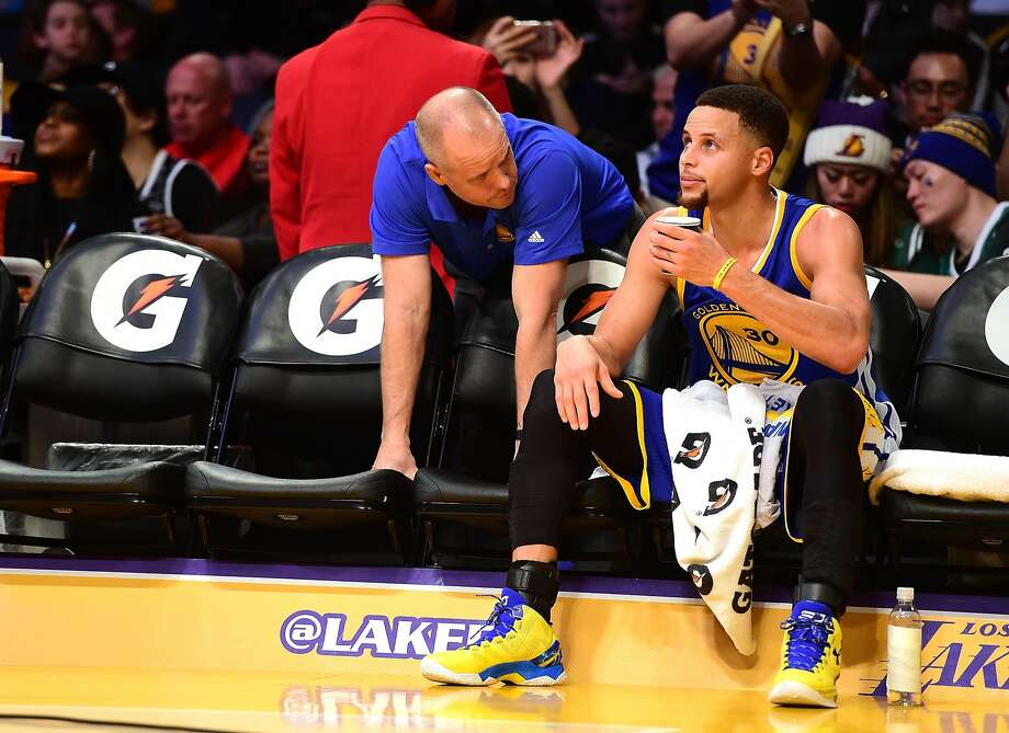 Stephen Curry played through pain in L.A. before sitting out the fourth quarter. Photo: Harry How, Getty Images