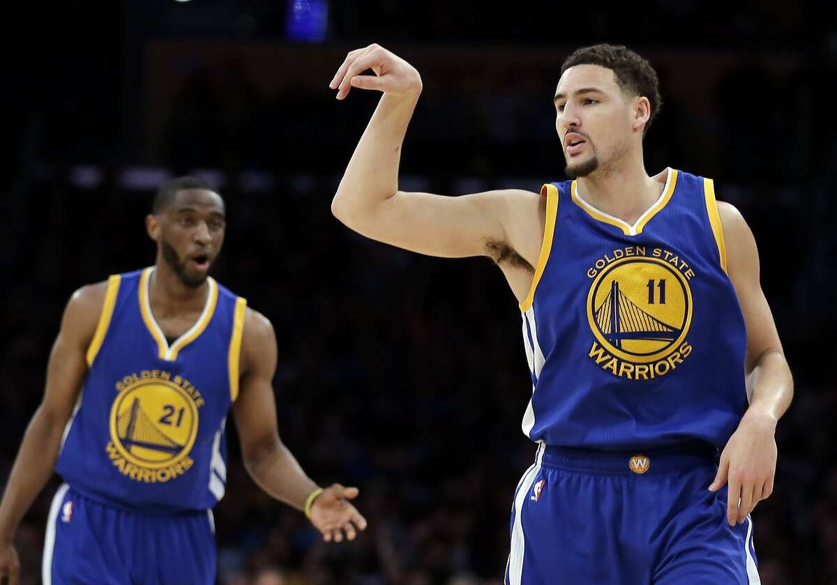 Golden State Warriors guard Klay Thompson, right, celebrates a basket as guard Ian Clark watches uring the first half of an NBA basketball game against the Los Angeles Lakers in Los Angeles, Tuesday, Jan. 5, 2016. (AP Photo/Chris Carlson)
