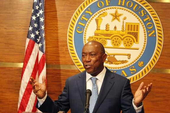 Sylvester Turner dando su primera conferencia de prensa como alcalde de Houston.
