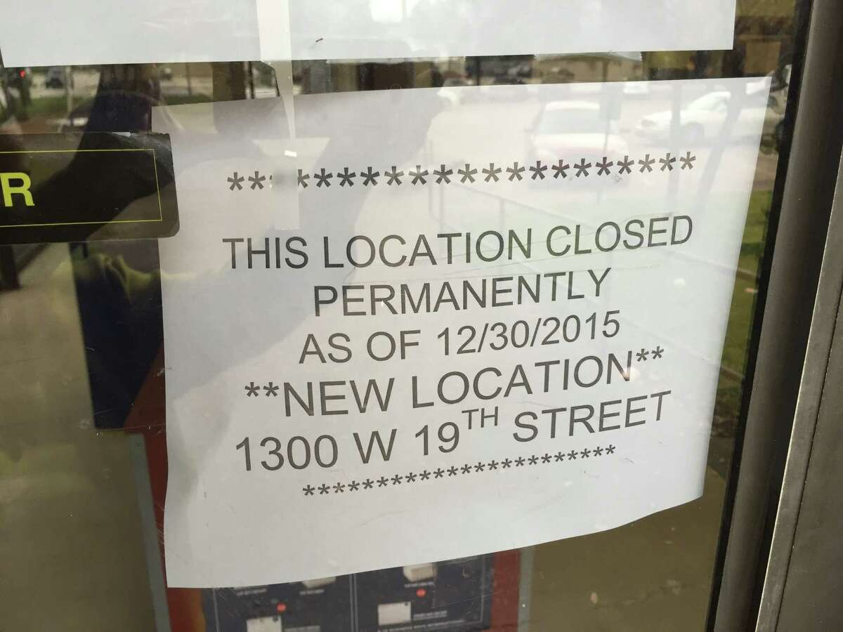 Door notice about the relocation of Houston's Heights post office, which closed its Yale Street address in December 2015.