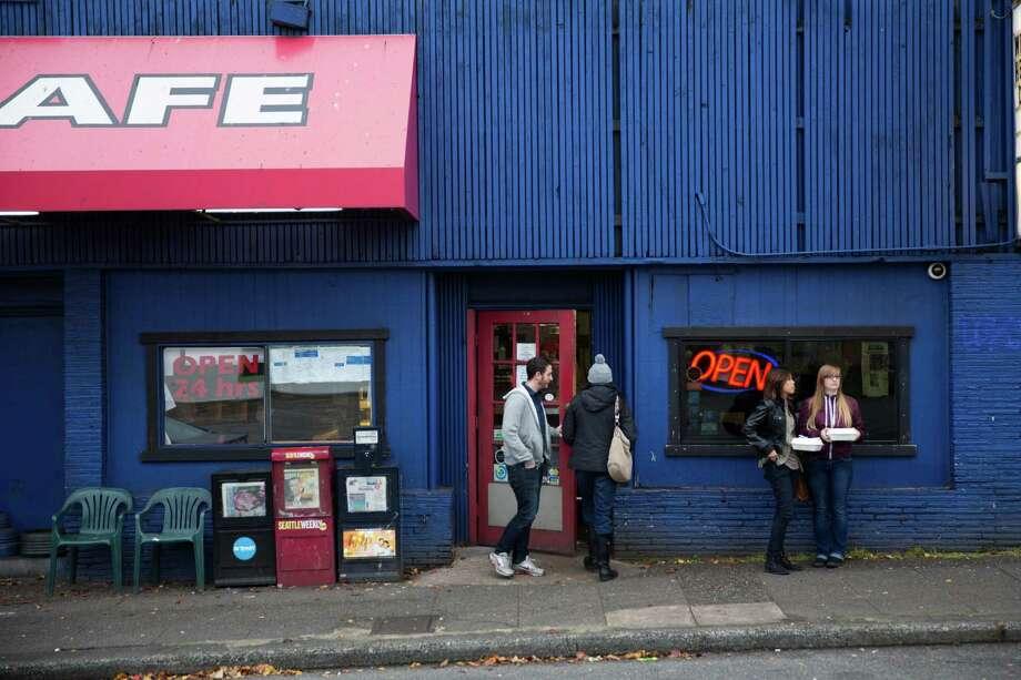 Diners enter and exit Beth's Cafe on Sunday, Dec. 13, 2015. Photo: Grant Hindsley, SEATTLEPI.COM / SEATTLEPI.COM