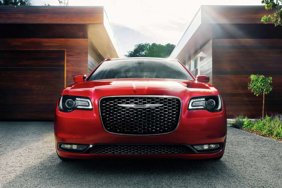 At the front, a sculptured surface fascia proudly accommodates Chrysler 300's prominent grille with unique dimensional texture and chrome grille surround. Photo: Chrysler