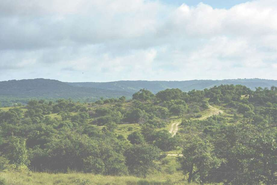 High Point Ranch offers breathtaking, long-range views in every direction, live oak trees, wide-open spaces ideal for horses, and a prime Hill Country location in proximity to San Antonio.