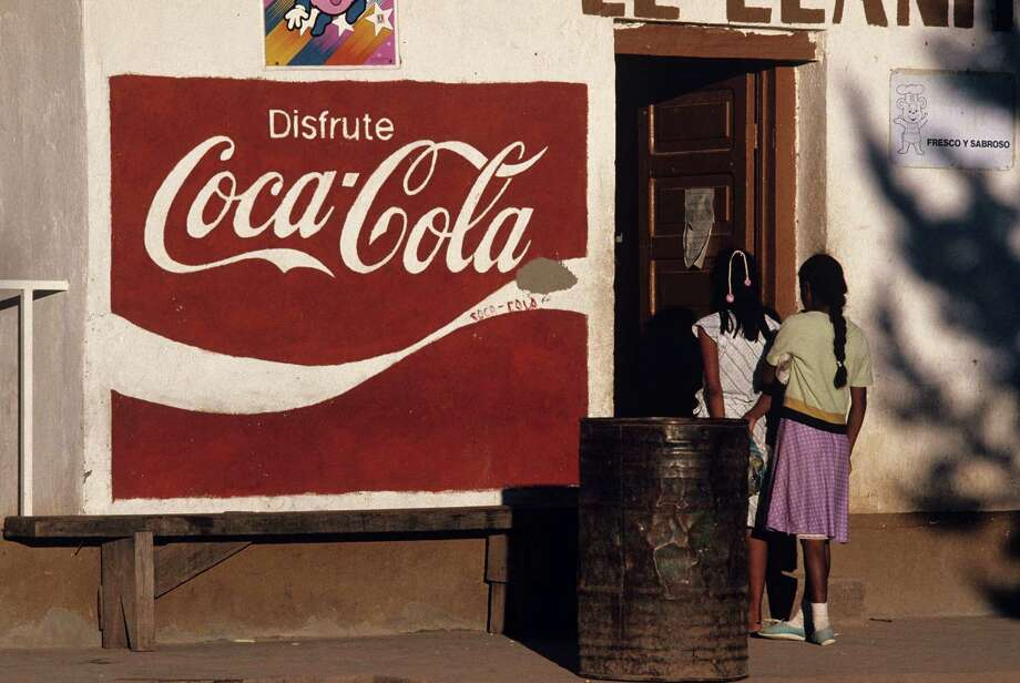 A street sign in November 1988 in the Mexican city of Los Mochis in Sinaloa near the Sea of Cortez.  Photo: Joe McNally, Getty Images / 1988 Joe McNally