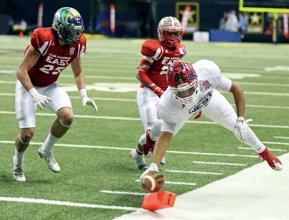 Taft running back Christian Mallard, playing for the West team, stretches for one of his three touchdowns during the San Antonio Sports All-Star Game on Saturday at the Alamodome. Photo: Photos By Edward A. Ornelas /San Antonio Express-News / © 2016 San Antonio Express-News