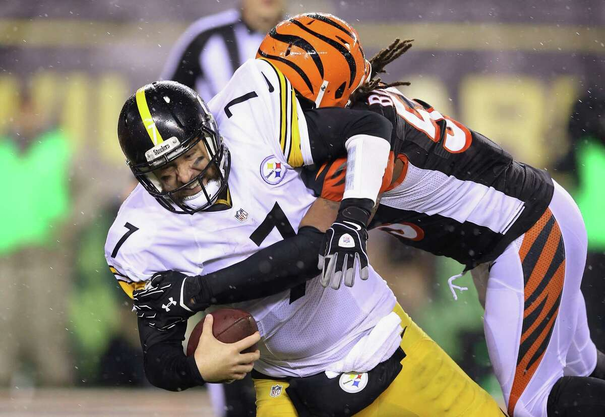 CINCINNATI, OH - JANUARY 09: Vontaze Burfict #55 of the Cincinnati Bengals sacks Ben Roethlisberger #7 of the Pittsburgh Steelers in the third quarter during the AFC Wild Card Playoff game at Paul Brown Stadium on January 9, 2016 in Cincinnati, Ohio. Roethlisberger was injured on the play. (Photo by Andy Lyons/Getty Images) ORG XMIT: 598791771