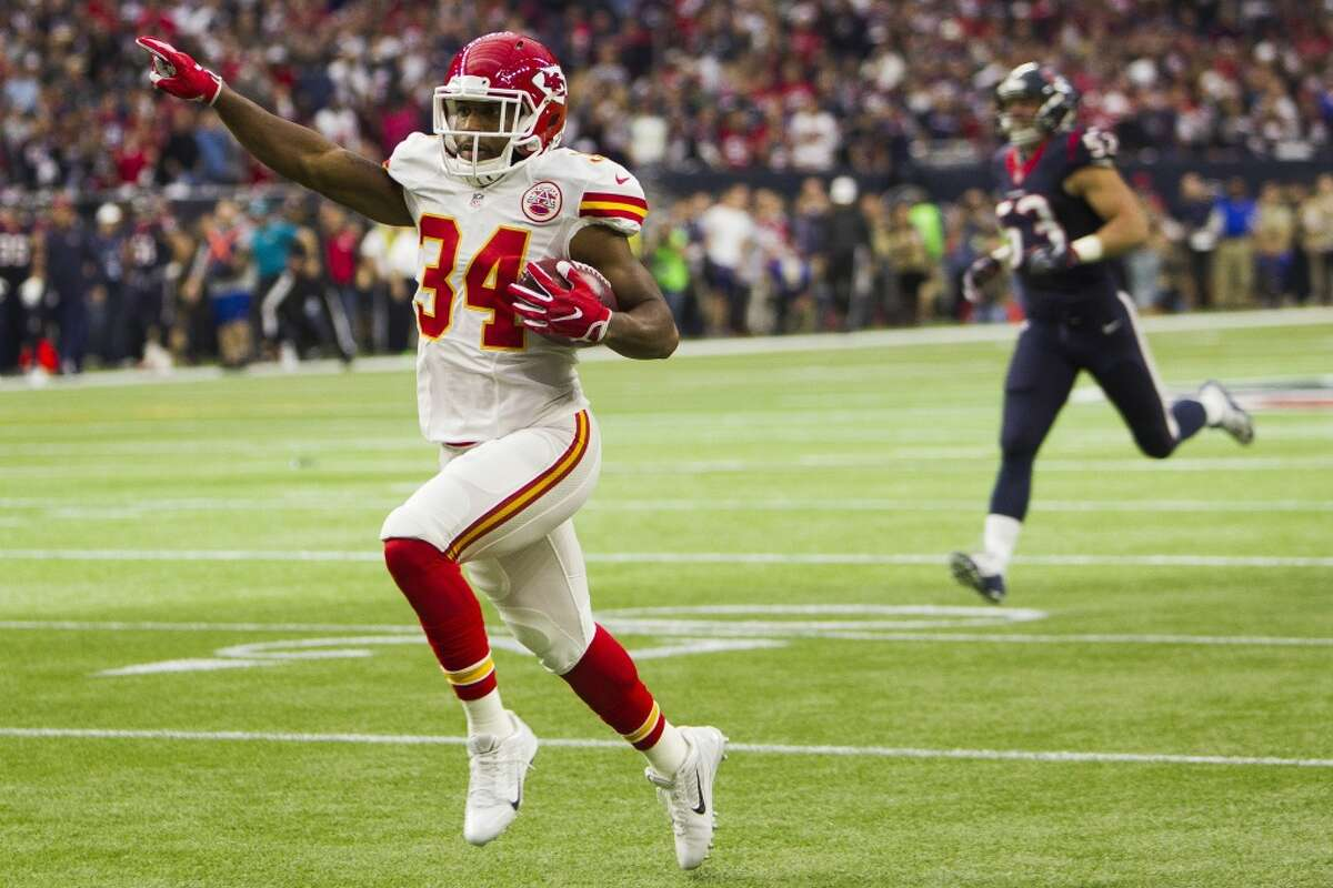 Kansas City Chiefs running back Knile Davis (34) celebrates while running the opening kickoff back for a touchdown during the first quarter of the AFC Wildcard playoff game at NRG Stadium on Saturday, Jan. 9, 2016, in Houston. ( Brett Coomer / Houston Chronicle )