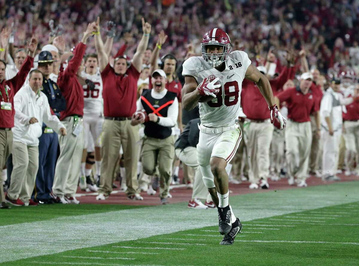 It's clear sailing for Alabama's O.J. Howard on a 53-yard touchdown reception in the third quarter, one of four scoring plays for the Crimson Tide covering 50 or more yards, including another by Howard.