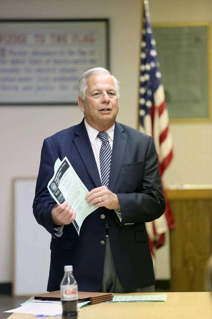 El congresista Gene Green habla durante una reunión comunitaria sobre temas laborales el 3 de septiembre de 2014 en Houston.