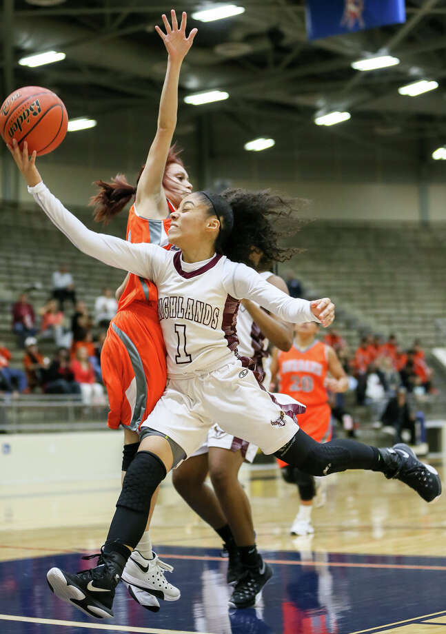 Highlands' Kiara Pesina (right) puts up a layup around Burbank's Kat Regalado during the second half of their District 28-5A game at the Alamo Convocation Center on Tuesday, Jan. 5, 2016. Pesina led all scorers with 28 points to help Highlands win their 26th straight district game, defeating Burbank 61-58.  MARVIN PFEIFFER/ mpfeiffer@express-news.net Photo: Marvin Pfeiffer, Staff / San Antonio Express-News / Express-News 2015