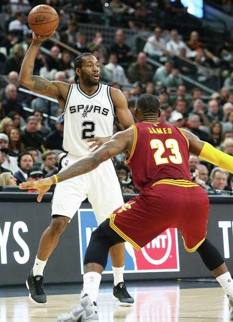 Kawhi Leoanrd starts a play against LeBron James as the Spurs host the Cavaliers att he AT&T Center on January 14, 2016. Photo: TOM REEL, SAN ANTONIO EXPRESS-NEWS / 2016 SAN ANTONIO EXPRESS-NEWS