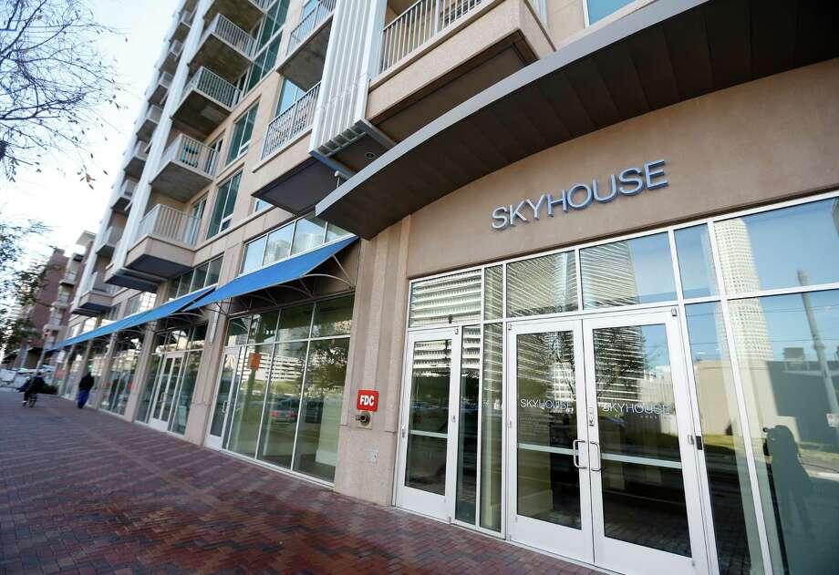 The public realm of SkyHouse on Main. Photo: Karen Warren, Staff / © 2015  Houston Chronicle