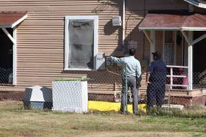 San Antonio Police investigate a homicide scene in the 900 block of Poinsetta Street after an argument lead to a shooting in a home's front yard on Jan. 15, 2016.