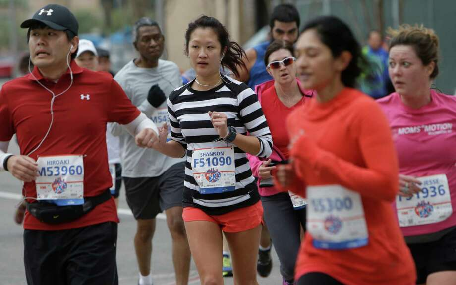 People participate in the ABB 5K in downtown Houston Saturday, Jan. 16, 2016. Photo: Melissa Phillip, Houston Chronicle / © 2016 Houston Chronicle