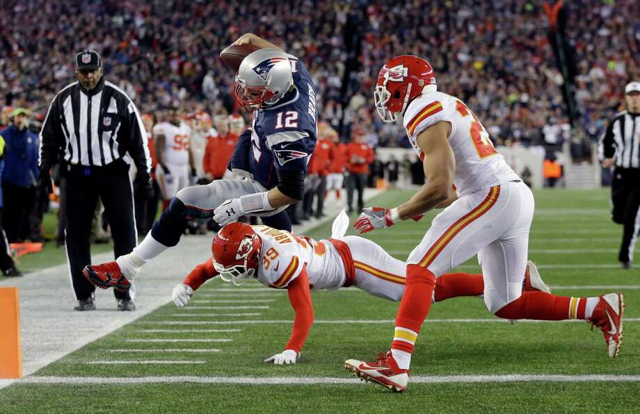 Kansas City Chiefs free safety Husain Abdullah (39) pushes New England Patriots quarterback Tom Brady (12) out of bounds short of the goal line in the first half of an NFL divisional playoff football game, Saturday, Jan. 16, 2016, in Foxborough, Mass. (AP Photo/Steven Senne)  ORG XMIT: FBO127 Photo: Steven Senne / AP