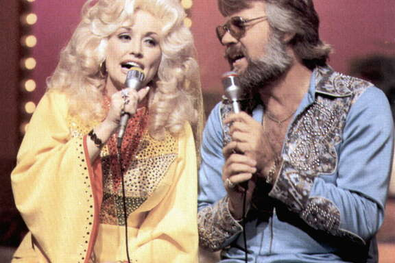 UNITED STATES - JANUARY 01:  (AUSTRALIA OUT) USA  Photo of Kenny ROGERS and Dolly PARTON, Dolly Parton & Kenny Rogers  (Photo by GAB Archive/Redferns)