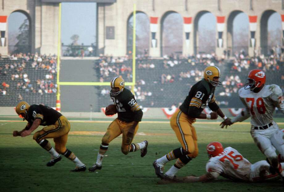 LOS ANGELES, CA - January 15:  Elijah Pitts #22 of the Green Bay Packers carries the ball against the Kansas City Chiefs during Super Bowl I January 15, 1967 at the Los Angeles Coliseum in Los Angeles, California. The Packers won the game 35-10. Photo: Focus On Sport, Getty Images / 1967 Focus on Sport