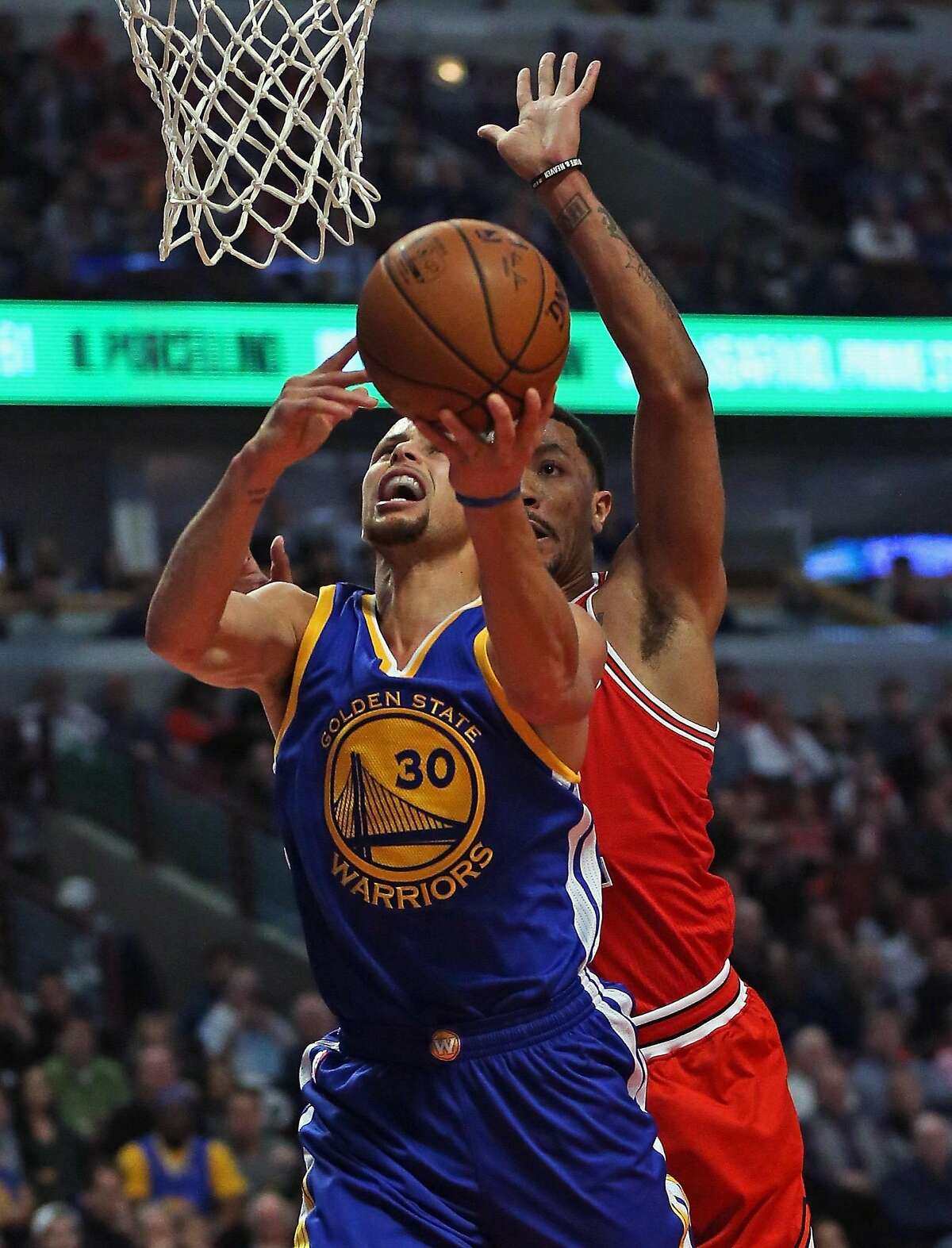 CHICAGO, IL - JANUARY 20: Stephen Curry #30 of the Golden State Warriors puts up a shot under pressure from Derrick Rose #1 of the Chicago Bulls at the United Center on January 20, 2016 in Chicago, Illinois. NOTE TO USER: User expressly acknowledges and agrees that, by downloading and or using the photograph, User is consenting to the terms and conditions of the Getty Images License Agreement. (Photo by Jonathan Daniel/Getty Images)