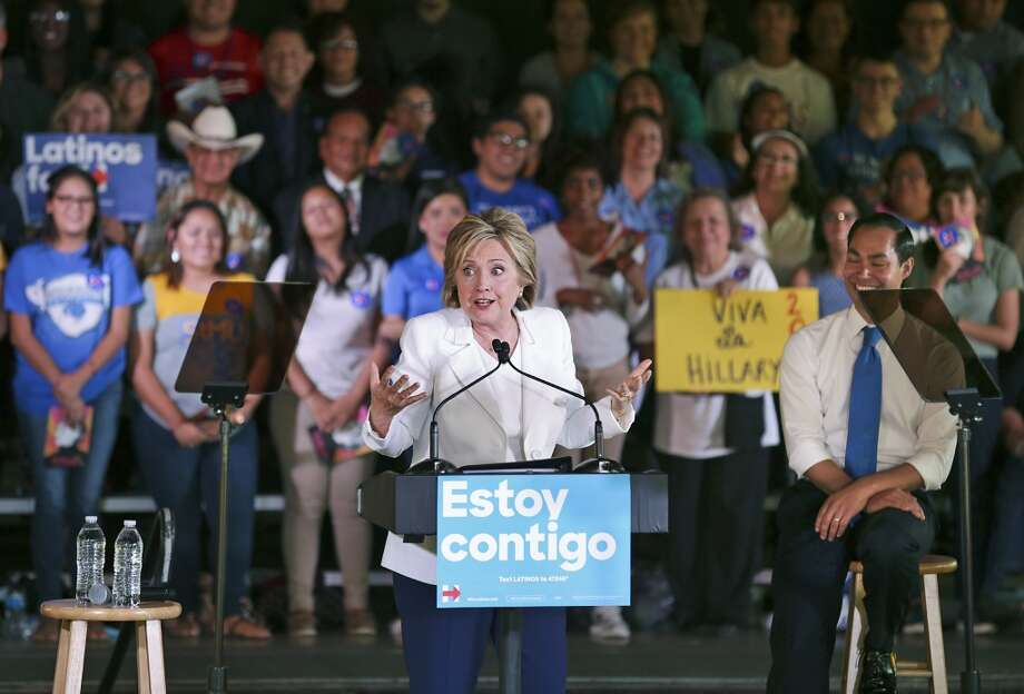 Hillary Rodham Clinton junto al secretario de Vivienda de EE.UU., Julián Castro,  en un evento en San Antonio, Texas, para lanzar una campaña dirigida a los latinos, en octubre de 2015. Photo: BOB OWEN, San Antonio Express-News
