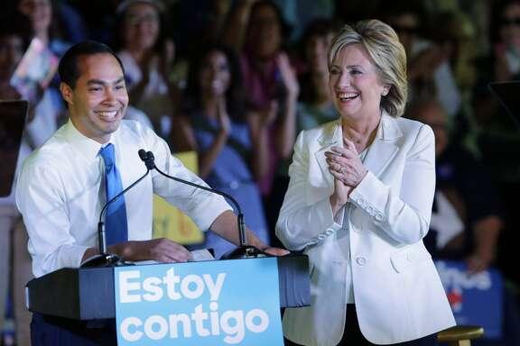 Hillary Rodham Clinton junto al secretario de Vivienda de EE.UU., Julián Castro,  en un evento en San Antonio, Texas, para lanzar una campaña dirigida a los latinos, en octubre de 2015.
