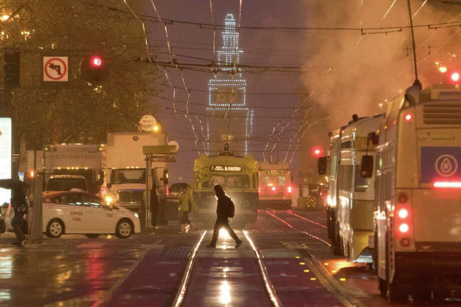 Commuters endured a rainy commute in downtown San Francisco on Friday, January 22, 2016. Photo: SF Gate / Douglas Zimmerman