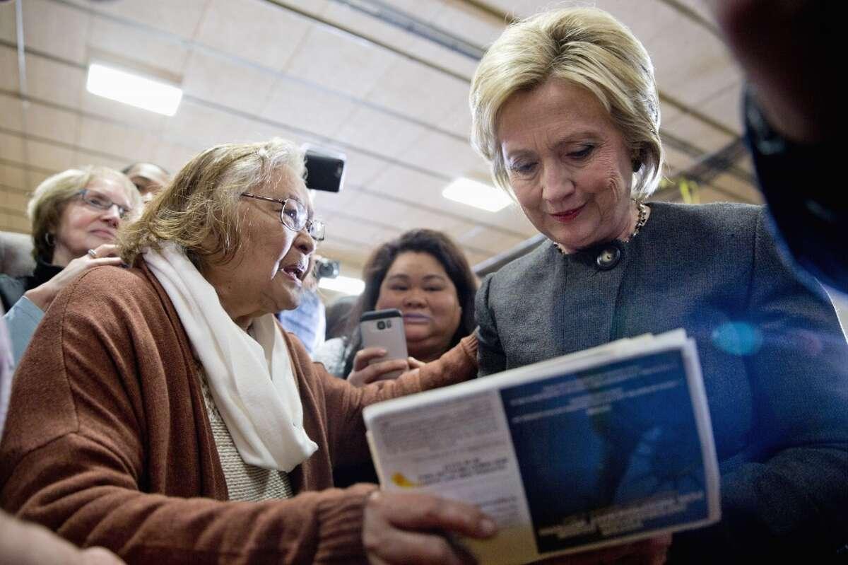 """Hillary Clinton utiliza un nuevo aviso por TV en Iowa para mostrar que su compromiso con las familias es consecuente y viene de lejos. El aviso usa filmaciones de archivo para trazar un cuadro cronológico de su experiencia a favor de los niños y las familias. Clinton dice luego que ha luchado durante toda su vida y no dejará de hacerlo ahora. En una leve distorsión de la frase final obligatoria, dice """"Soy Hillary Clinton y siempre he aprobado este mensaje"""". La campaña de Clinton trata de retratar a su oponente Bernie Sanders como menos experimentado y preparado para la tarea presidencial. También intenta responder a las insinuaciones de que desconoce los temas económicos que son centrales para la campaña de Sanders."""