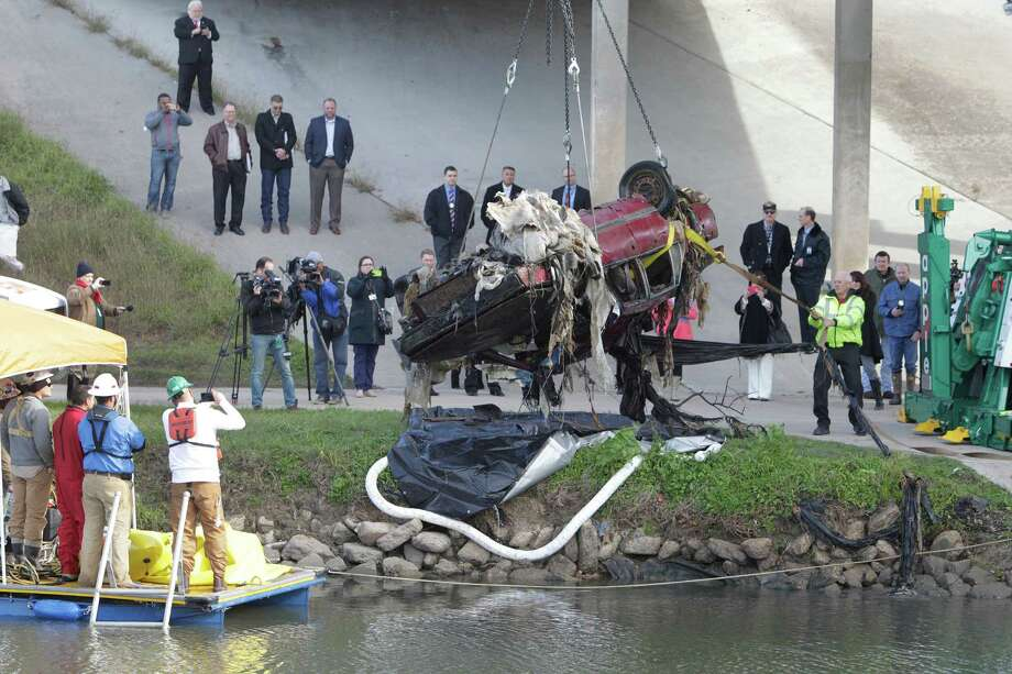 The first of four vehicles was removed from Brays Bayou at Old Spanish Trail Wednesday, Jan. 27, 2016, in Houston. Officials from Harris County Precinct 2, the Harris County Flood Control District, the Houston Police Department and City of Houston will be available to answer questions from the media as a contractor begins work on a PILOT PROJECT to remove some submerged vehicles from Harris County bayous. Photo: Steve Gonzales, Houston Chronicle / © 2016 Houston Chronicle