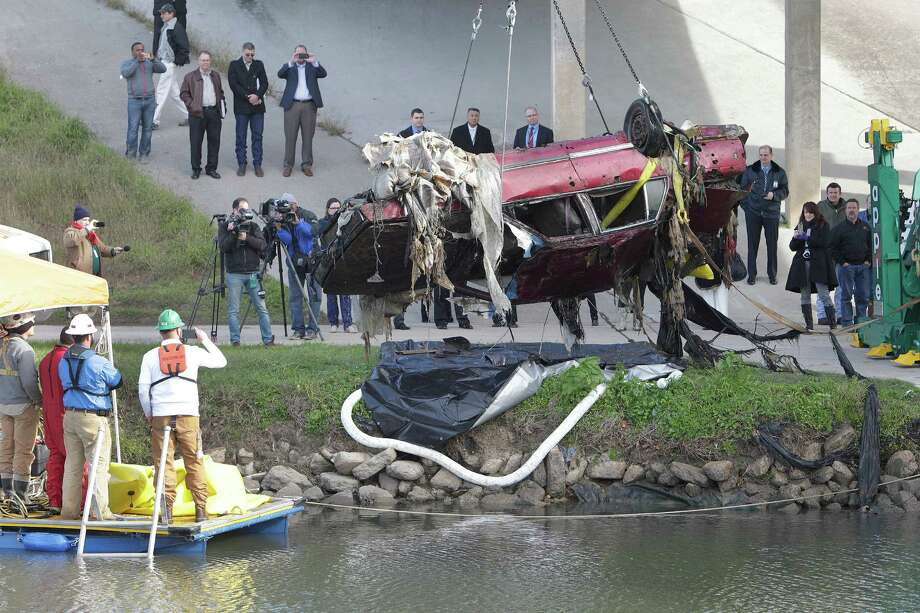 The first of four vehicles was removed from Brays Bayou at Old Spanish Trail on Wednesday in Houston. Photo: Steve Gonzales / © 2016 Houston Chronicle
