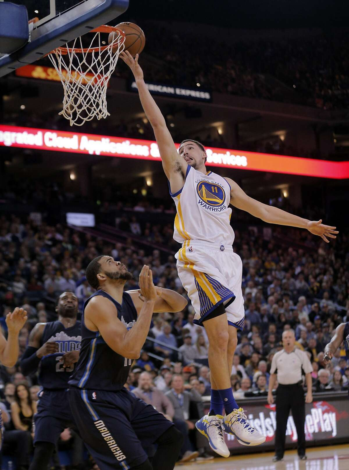 Klay Thompson (11) puts in a lay up in the first half as the Golden State Warriors played the Dallas Mavericks at Oracle Arena in Oakland, Calif., on Wednesday, January 27, 2016.