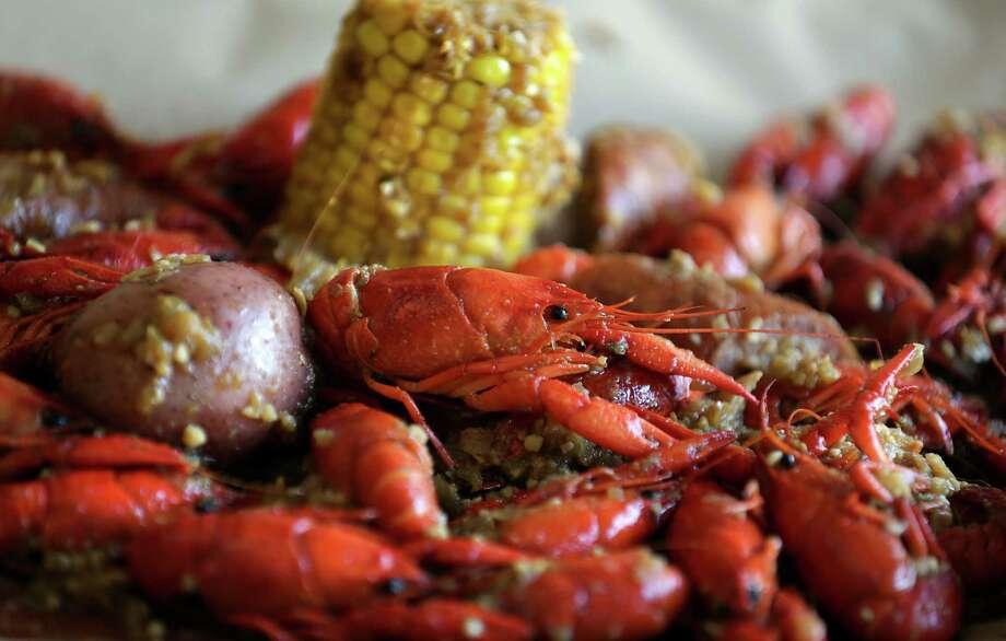 Restaurant review la crawfish brings cajun vietnamese for Acadiana cafe cajun cuisine san antonio tx
