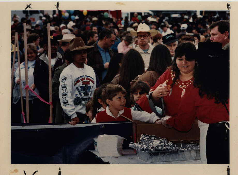 On Feb. 4, 1994, crowds pack the Central Park Mall for the annual Cowboy Breakfast. Photo: San Antonio Express-News Archives