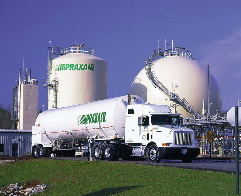 A Praxair gas truck leaves a company air separation plant and hydrogen storage facility. Photo: Contributed Photo / ST / The News-Times Contributed