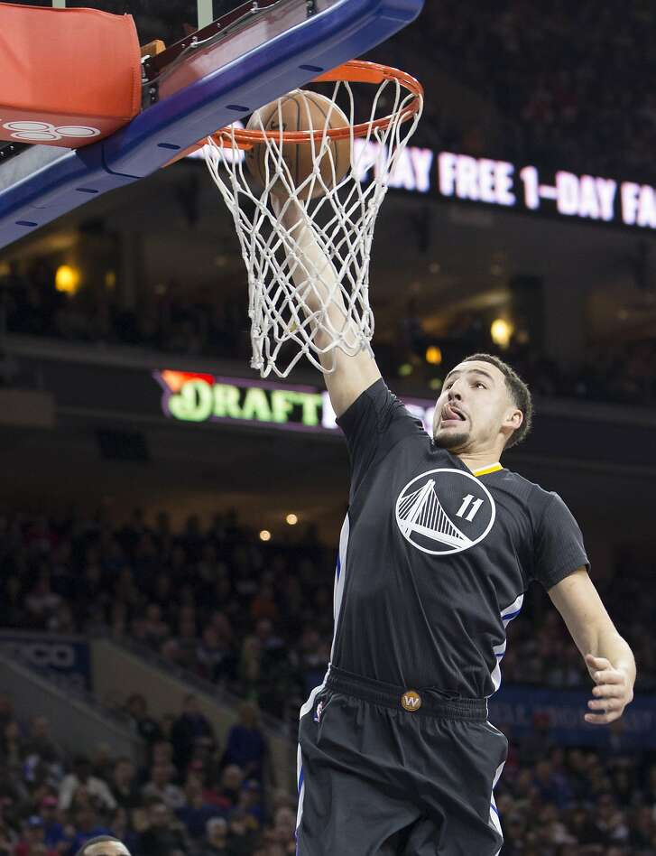 Klay Thompson #11 of the Golden State Warriors dunks the ball against the Philadelphia 76ers on Saturday at the Wells Fargo Center.
