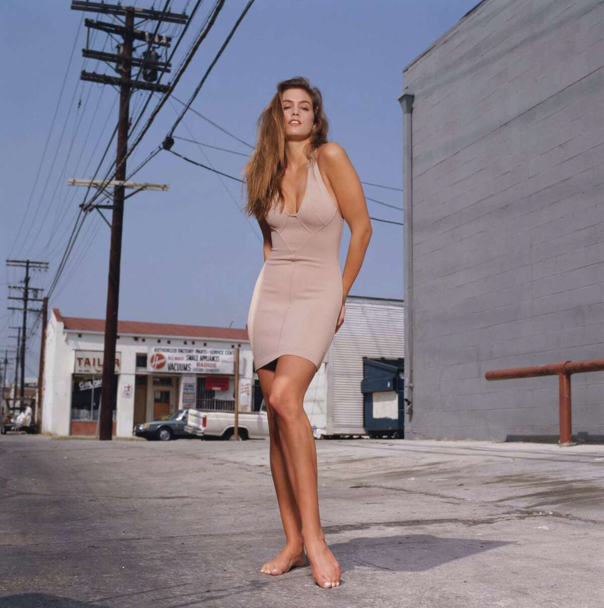 Cindy Crawford proves herself in bare feet.