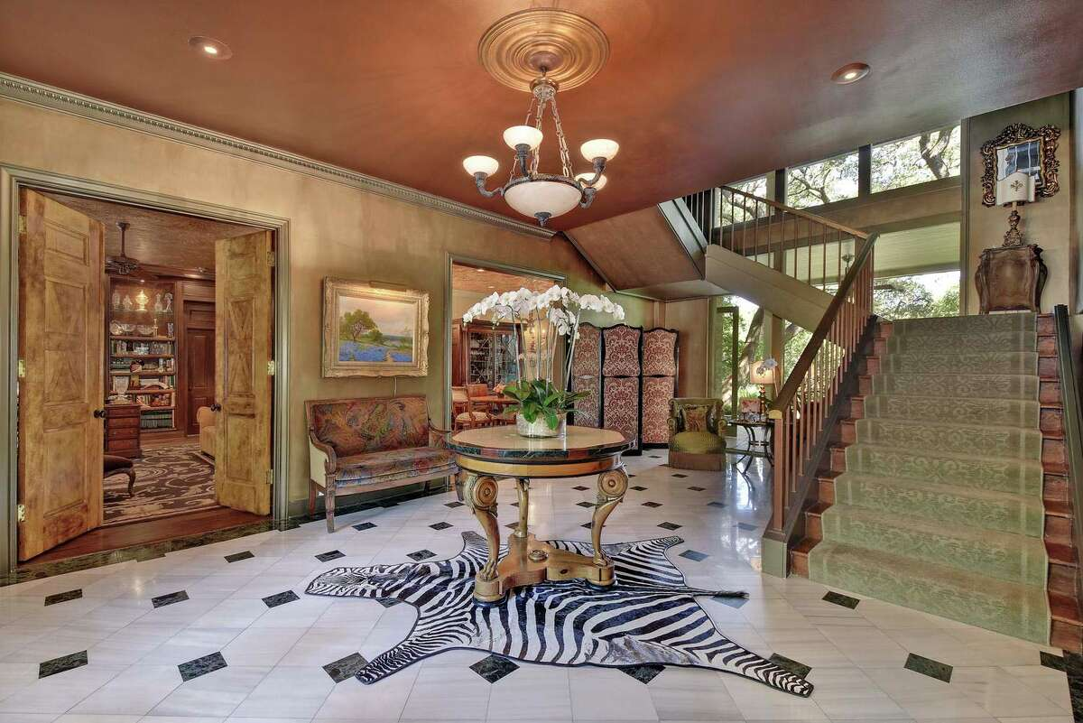 Golfer Ben Crenshaw has placed this gorgeous home on the market in Austin for $5.7 million. It has six bedrooms and five full bathrooms.