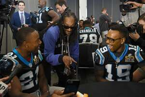 Snoop Dogg, mike in hand, plays Super Bowl reporter - Photo