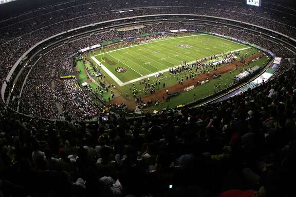 A full stadium during a game between the Arizona Cardinals against the San Francisco 49ers at Estadio Azteca in Mexico City, Mexico on October 2, 2005.  The Cardinals won 31-14 in front of a NFL record crowd of 103,467. (Photo by Gene Lower/Getty Images) *** Local Caption ***