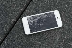 Apple will accept damaged iPhones for trade-in credit - Photo