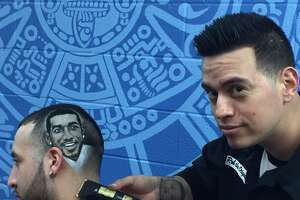 Barber does cutting-edge work on Spurs haircuts - Photo
