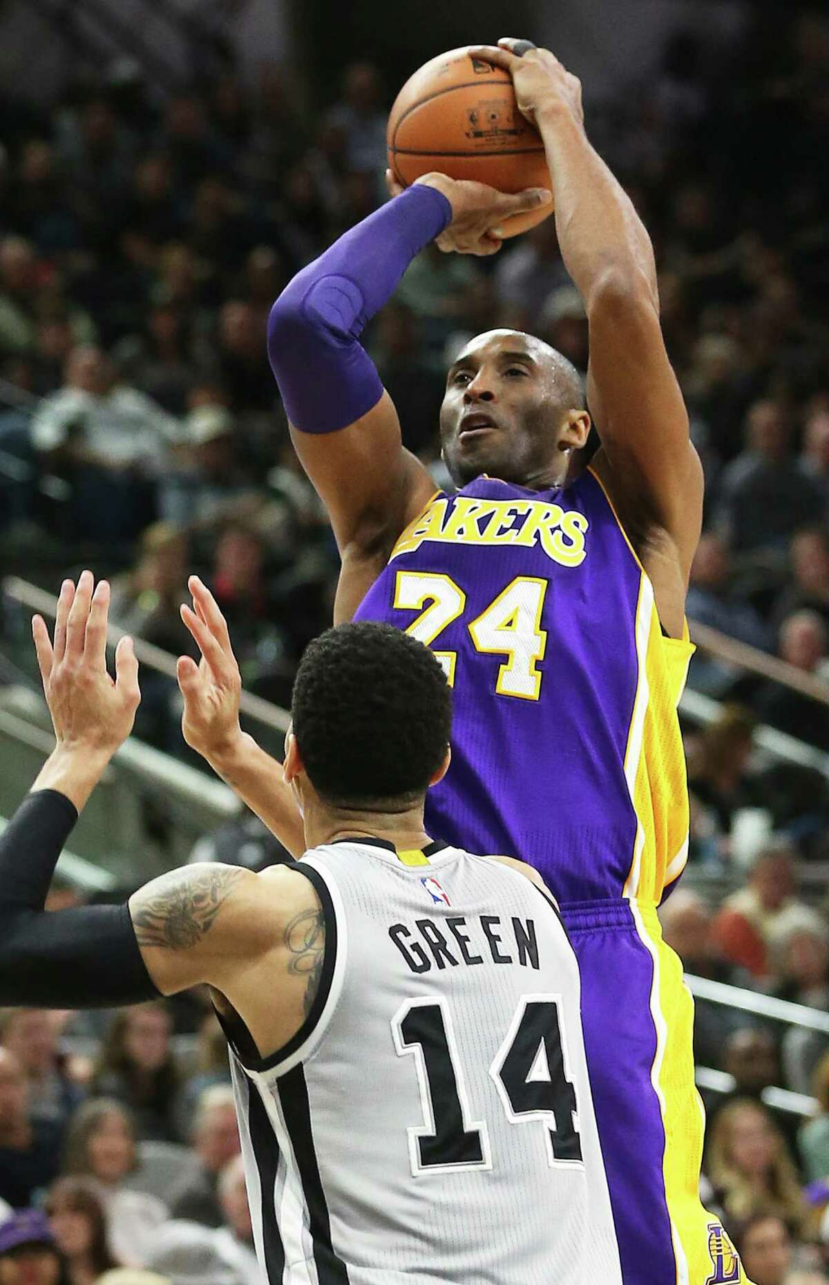 Kobe Bryant shoots over Danny Green in the fourth quarter as the Spurs host the Lakers at the AT&T Center on February 6, 2016.