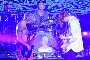 Red Hot Chili Peppers pay tribute to Bowie during Mark Cuban Super Bowl party - Photo