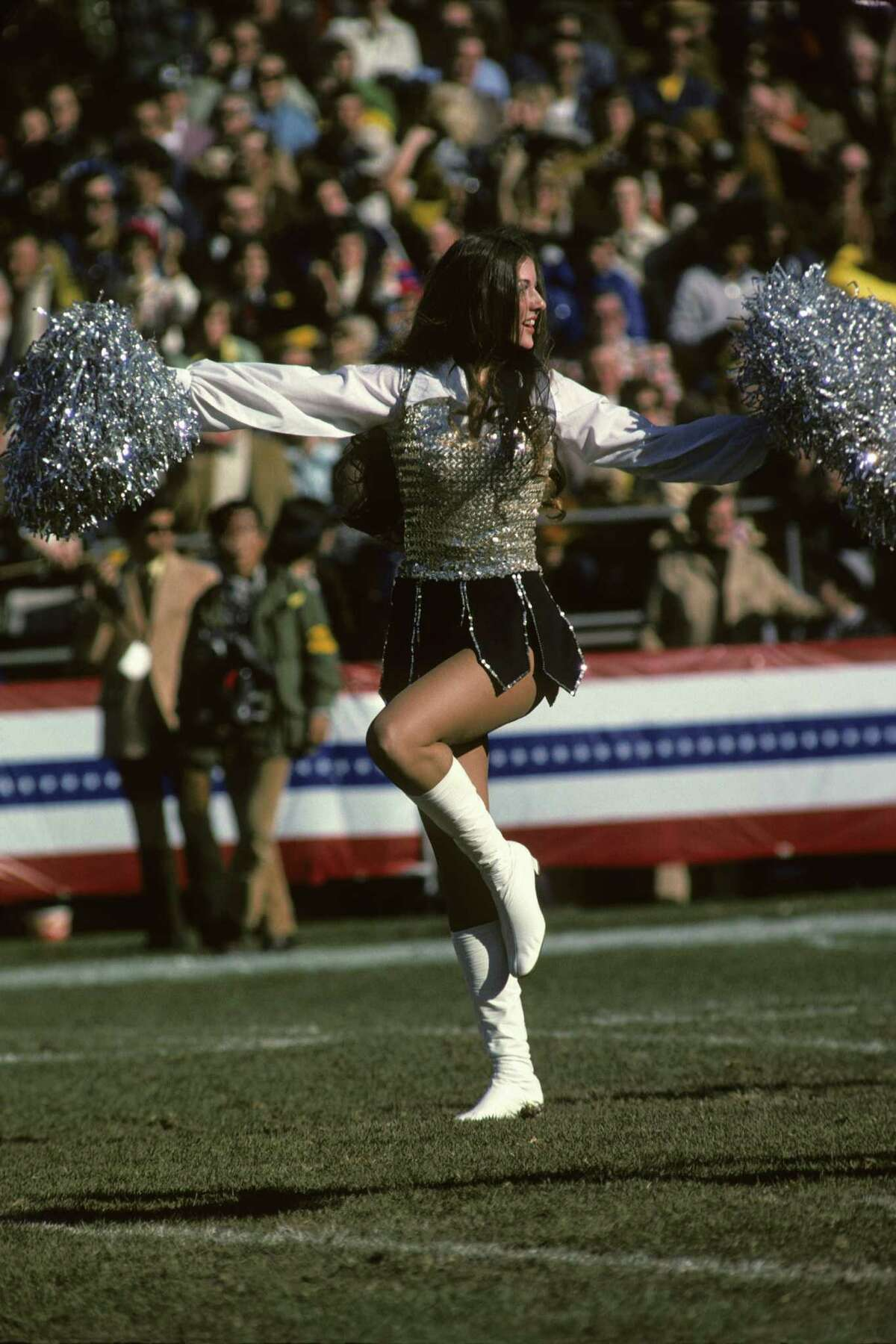 NEW ORLEANS, LA - JANUARY 12, 1975: A Raiderette cheerleader, for the Oakland Raiders, on the sidelines during Super Bowl IX on January 12, 1975 between the Pittsburgh Steelers and Minnesota Vikings at Tulane Stadium in New Orleans, Louisiana. Raiderette75-04188 (Photo by: Diamond Images/Getty Images) *** Local Caption *** Raiderette