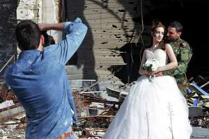 Love in a bombed-out city - Photo