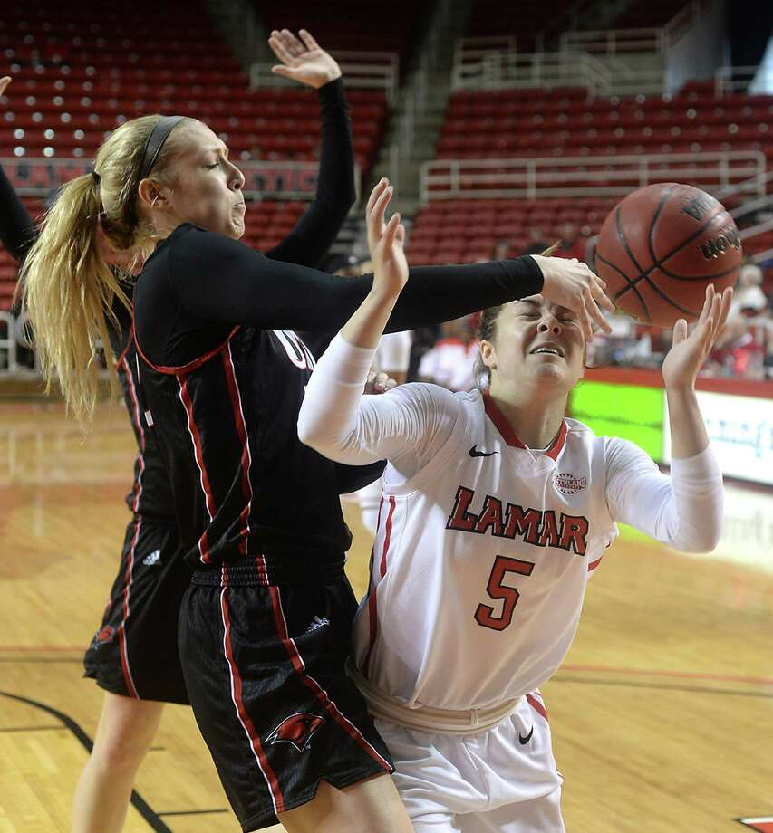 Lamar's Baileigh O'Dell goes after the loose ball after it is knocked away by Incarnate Word's Quincy Baker during Saturday's double-header match-up at the Montagne Center. Photo taken Saturday, February 6, 2016 Kim Brent/The Enterprise Photo: Kim Brent / Beaumont Enterprise