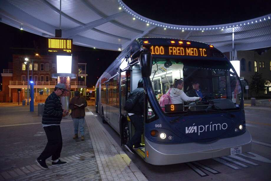 Think light rail on wheels. That's what commuters will get when express buses use HOV lanes. And the rest of us get less congestion. Photo: Billy Calzada /San Antonio Express-News / San Antonio Express-News