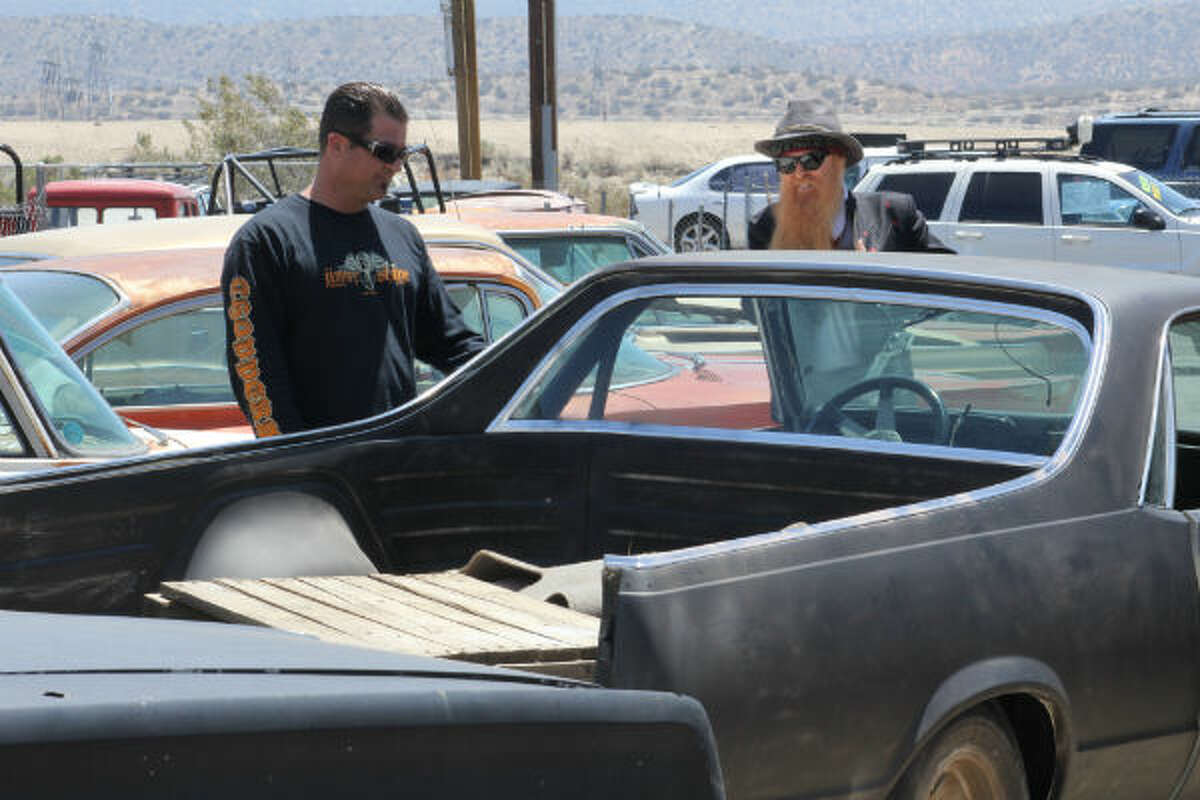 In the debut episode hot rod builder Jimmy Shine and the influential guitarist team up to design custom hot rods.