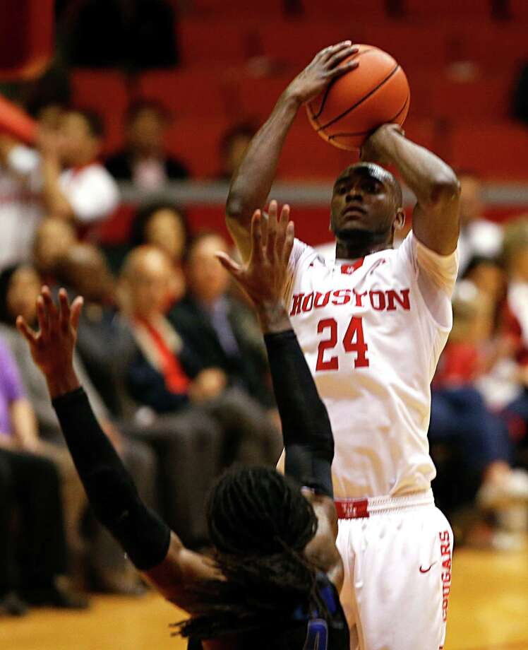 Houston Cougars forward Devonta Pollard right, shoots over Memphis Tigers forward Shaq Goodwin left, during the second half of men's college basketball game action at Hofheinz Pavilion Wednesday, Feb. 10, 2016, in Houston. Photo: James Nielsen, Houston Chronicle / © 2015  Houston Chronicle