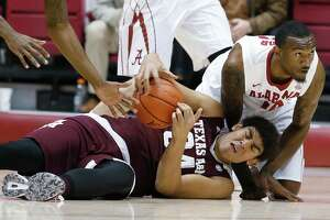 Alabama holds off slumping No. 15 Texas A&M, 63-62 - Photo