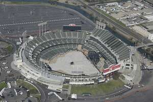 Raiders sign lease to play 2016 season in Oakland - Photo
