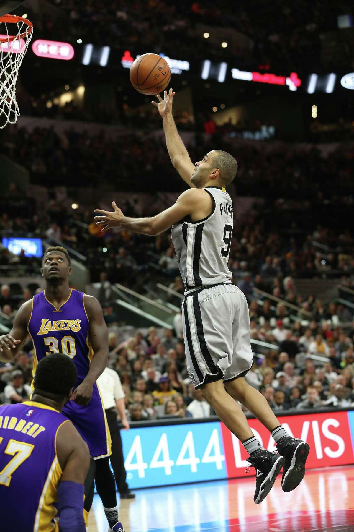 Tony parker launches a floater as the Spurs host the Lakers at the AT&T Center on February 6, 2016.